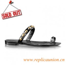 Original Flat Unchain Thong in Glazed Calf Leather is Embellished with Golden Malletage Studs